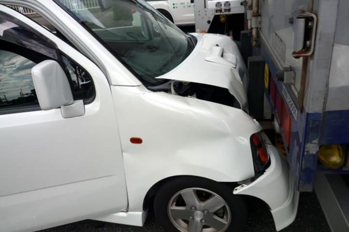 【社労士監修】通勤中の自動車交通事故!通勤災害の申請・補償は、自賠責保険?労災保険?違いは?